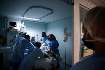 FOTO DE ARCHIVO: Trabajadores médicos atienden a un paciente en la unidad de cuidados intensivos (UCI) del hospital Nossa Senhora da Conceicao, durante el brote de COVID-19 en Porto Alegre, Brasil. 19 de noviembre de 2020. REUTERS/Diego Vara