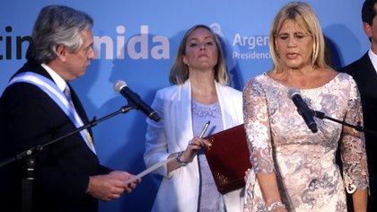 10 de diciembre de 2019, Alberto Fernández tomando la jura de Marcela Losardo como ministra de Justicia