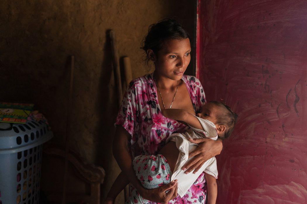 Andreína Paz amamantando a su hija, Carla Andrea, en Parenstu.