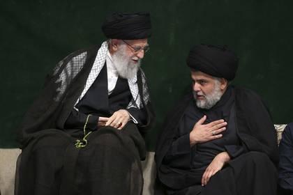 En esta imagen distribuida por el cibersitio oficial de la oficina del líder supremo de Irán, el ayatollah Ali Khamenei (izquierda), habla con el clérigo chiita iraquí Muqtada al Sadr durante una ceremonia por la Ashoura, que conmemora el aniversario de la muerte de Hussein, el nieto del profeta Mahoma, en Teherán, Irán, el 10 de septiembre de 2019 (Oficina del líder supremo de Irán vía AP)