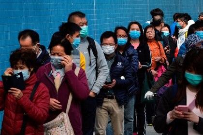 Los clientes hacen cola para comprar máscaras faciales para prevenir un brote de un nuevo coronavirus, en Hong Kong, China, 28 de enero de 2020. (REUTERS / Tyrone Siu)