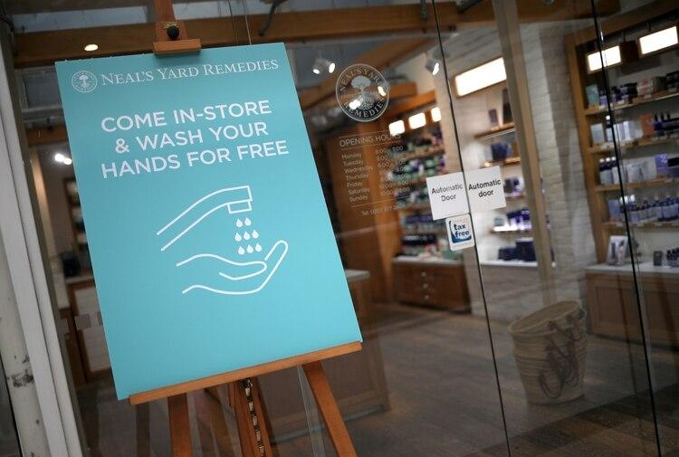 El lavado de manos constante es una de las recomendaciones más importantes para evitar el contagio por Covid-19. (Foto: Hannah McKay/Reuters)