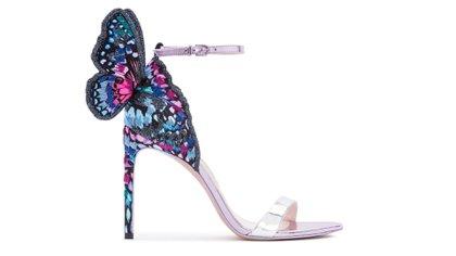 """Sophia Webster se destaca por presentar siempre diseños de zapatos """"llamativos"""" y diferentes. Uno de sus últimos modelos es en metalizados rosa, turquesa, azul y fucsia con aplique de mariposa sobre el tobillo de la sandalia. La medida del taco que generalmente usa la diseñadora es de 10 centímetros"""