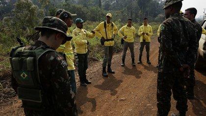 Soldados y bomberos desplegados para combatir los incendios (AP)