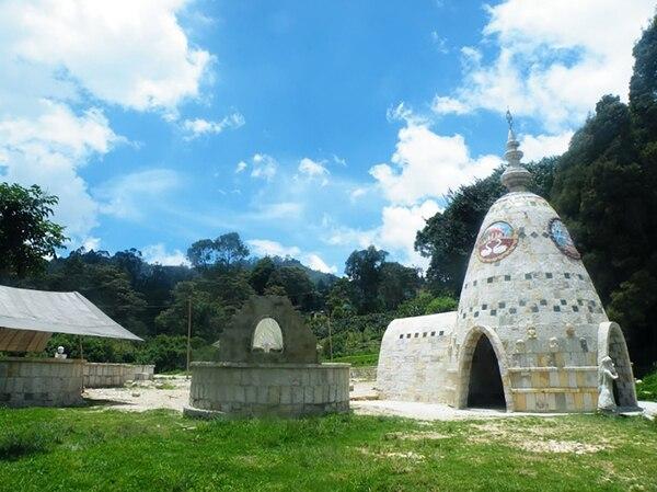 Todas las construcciones son ecológicas, realizadas con material orgánico de reciclaje. Y seedifican en un taller de bioconstrucción.