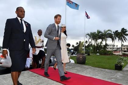 El Presidente de Fiji, Jioji Konrote, recibe en Suva, Fiji, al Príncipe Harry y a Meghan Markle el 23 de octubre de 2018 (Foto de archivo, Andrew Parsons/Pool vía REUTERS)