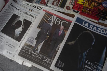 In the photo, cover of Spanish newspapers with the news of the king's emeritus' departure, Juan Carlos I, from the country, in Madrid, Spain, on August 4, 2020. (AP Photo / Manu Fernández)
