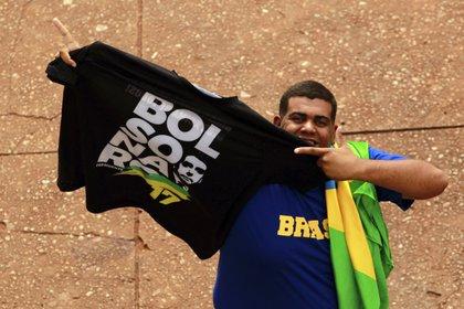 Un simpatizante de Bolsonaro en la víspera de la ceremonia de asunción en Brasilia. (AP /Raimundo Pacco)