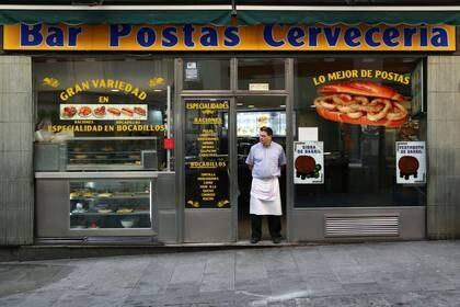 Un camarero espera la llegada de clientes en un bar típico de la habitualmente bulliciosa calle Postas, en el centro de Madrid, España. 13 marzo 2020. REUTERS/Sergio Pérez
