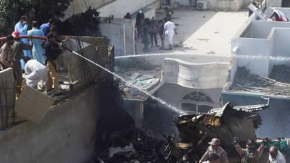 El Ejército paquistaní envió helicópteros y tropas a la zona del accidente (AFP)