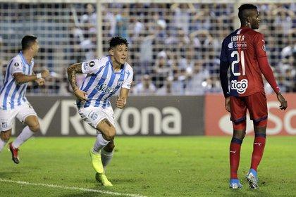 Leonardo Heredia celebra el gol con el que Atlético Tucumán empató la serie. Luego quedaría eliminado por penales ante el DIM (Photo by Walter Monteros / AFP)
