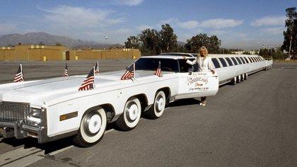 El auto más largo del mundo pesa doce toneladas, tiene 28 neumáticos y 16 ventanas laterales