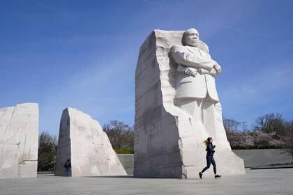 Foto del lunes de una mujer corriendo frente al monumento a Martin Luther King, Jr. en Washington.  Mar 16, 2020. REUTERS/Kevin Lamarque