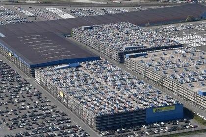 FOTO DE ARCHIVO: Coches destinados a la exportación en el puerto para ser cargados, durante la epidemia de coronavirus (COVID-19) en Bremerhaven, Alemania, 24 de abril de 2020. REUTERS/Fabian Bimmer