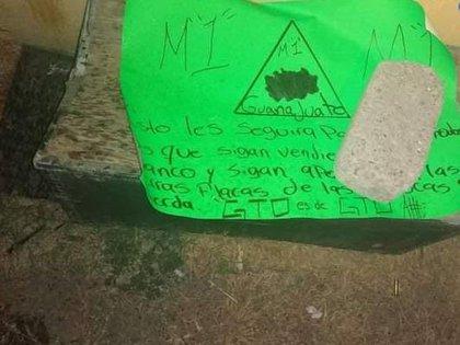 Otras cartulinas de El M1 ya han sido localizadas en otras escenas de violencia (Twitter/@InfSinCensuraMx)