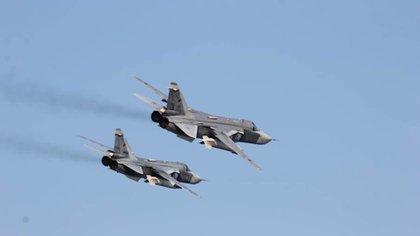 De acuerdo con la prensa rusa, cuatro bombarderos Su-24 figuran entre el equipo perdido (Getty)