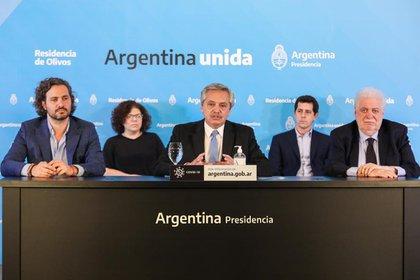 Alberto Fernández durante el anuncio de la prórroga de la cuarentena, acompañado por parte de su gabinete