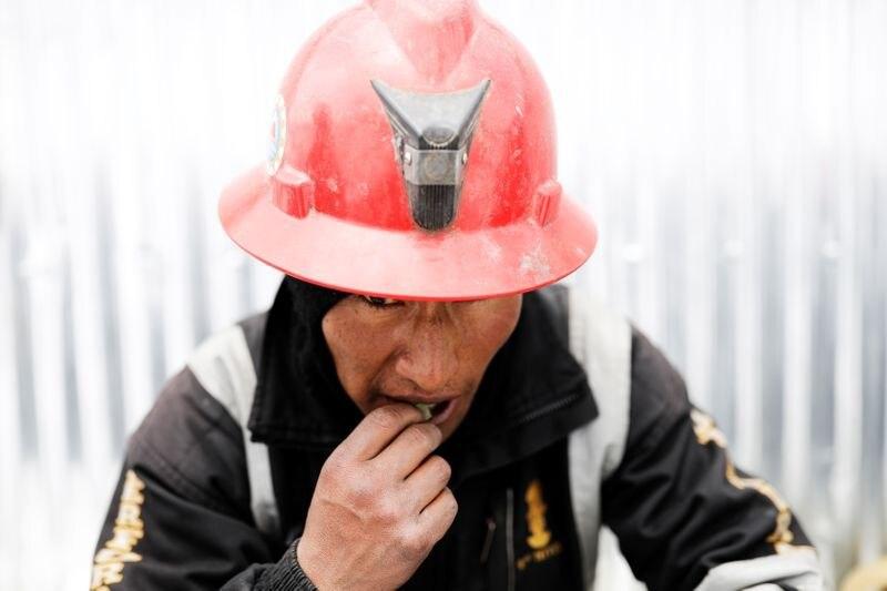Un hombre que trabaja como minero mastica hojas de coca, a menudo usadas como remedio para prevenir el mal de altura, en La Rinconada, Andes, Perú. 5 de octubre de 2019. REUTERS/Nacho Doce.