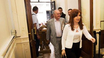 Cristina Kirchner entrando junto a Oscar Parrilli al Instituto Patria