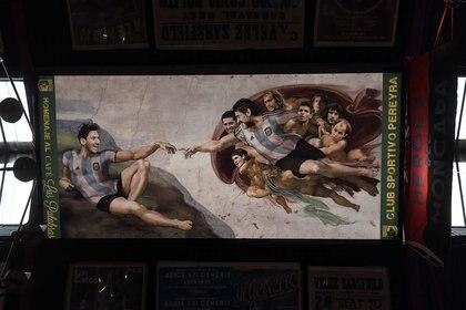 """La versión de """"La Creación"""", de Miguel Ángel, con Diego Maradona y Lionel Messi como protagonistas."""