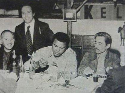 Pasión por el boxeo: Lorenzo Miguel, Muhammad Ali y José Rucci (de pie, Carlos Spadone)