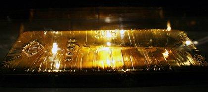 Una 'Barra de entrega de oro de Londres', también llamada barra de 400 onzas y hecha de al menos 99.5% de oro puro, la barra estándar utilizada en transacciones físicas dentro del mercado de oro de Londres (REUTERS / Mike Segar / archivo)