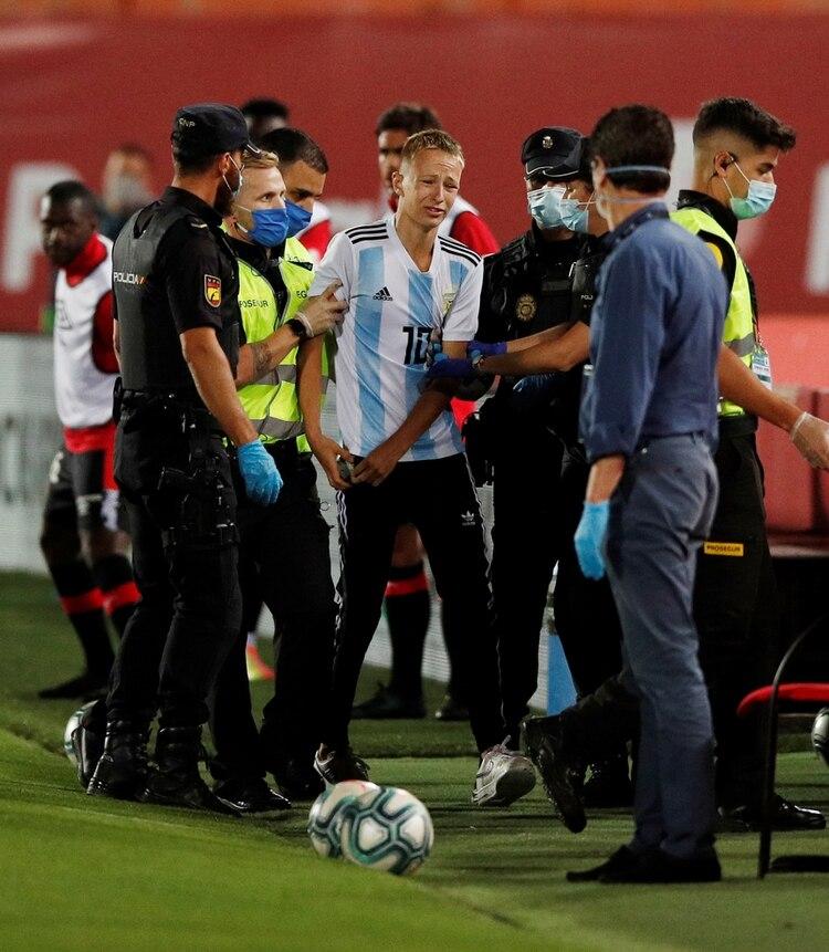 El muchacho fue retirado por varios agentes de seguridad (Foto: Reuters)