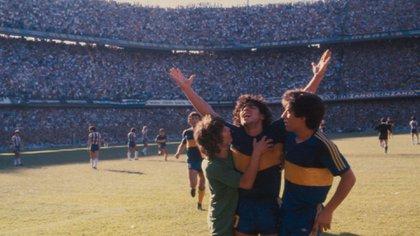 """60.000 gargantas que poblaron el estadio no se cansaban de cantar """"Lo quería Barcelona, lo quería River Plate, Maradona es de Boca, porque gallina no es""""."""
