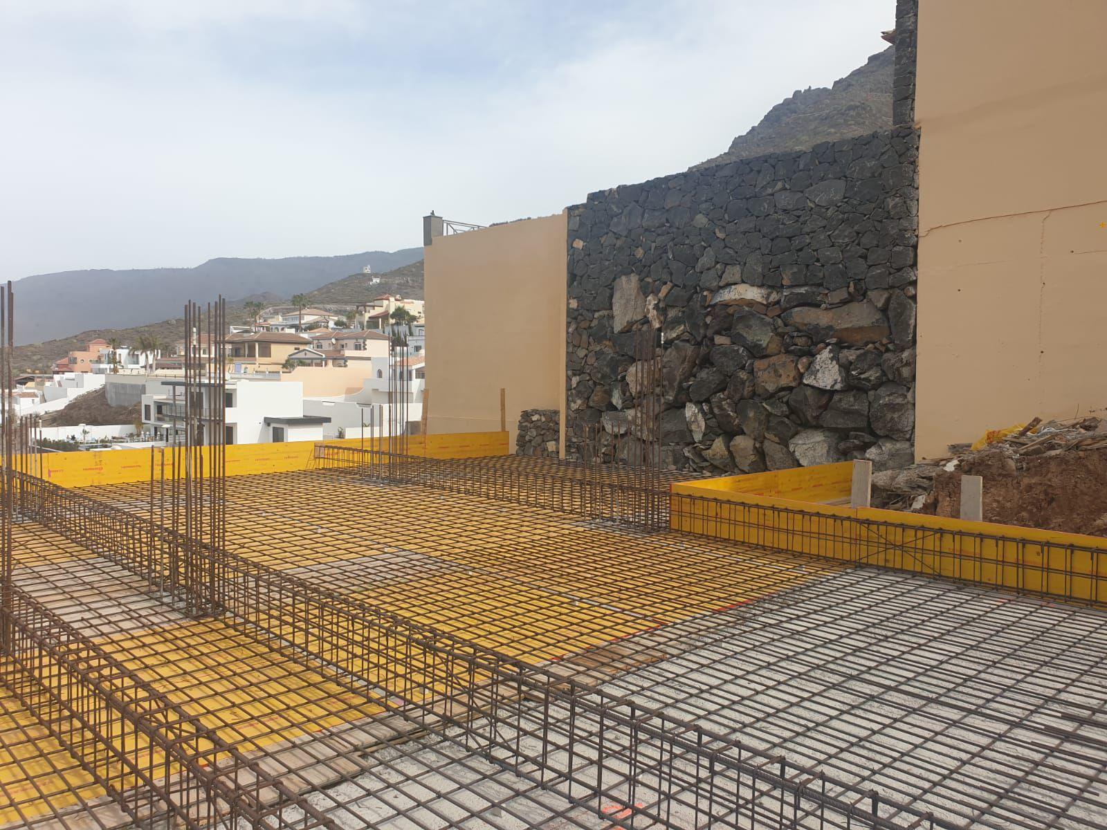 En las Islas Canarias, el estudio y la adquisición de suelos, seguido del armado del proyecto, se detuvo bruscamente