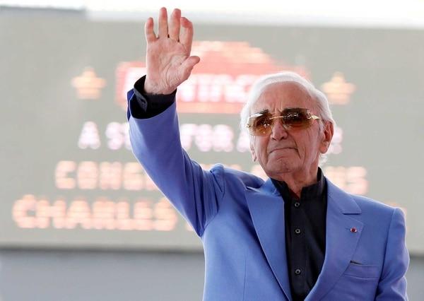 Charles Aznavour saluda tras recibir su estrella en el Paseo de la Fama en Hollywood en agosto de 2017 (Reuters)