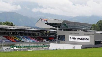 Mensajes en contra del recismo en las gradas vacías de la Formula 1, que regresó tras la crisis del COVID-19  (REUTERS)