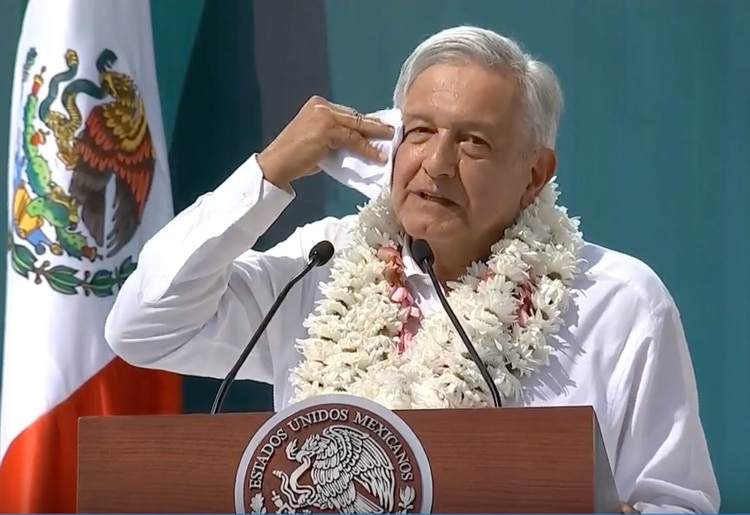 Andrés Manuel López Obrador dijo que si la funcionaria es diseñadora de modas, sería despedida (Foto: Especial)