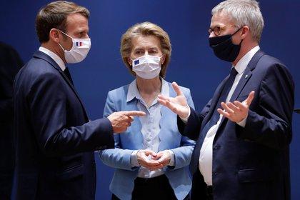 Emmanuel Macron, presidente de Francia; Ursula von der Leyen, presidente de la Comisión Europea y el secretario general Secretary  Jeppe Tranholm Mikkelsen. Stephanie Lecocq/Pool via REUTERS