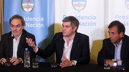 Marcos Peña en el centro, rodeado de Gustavo Lopetegui (izquierda) y Mario Quintana (derecha)(DyN)