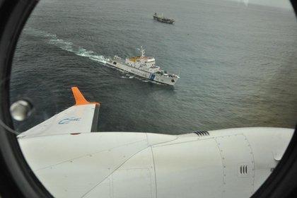 El GC-28 Prefecto Derbes monitorea los movimientos de un barco pesquero operando en el Mar Argentino sin autorización legal para operar (Prefectura Naval Argentina)