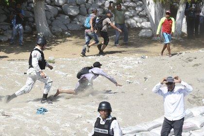 Al menos 400 migrantes fueron detenidos por la Guardia Nacional. (Foto: Johan ORDONEZ / AFP)