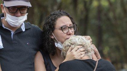Familiares de un fallecido por coronavirus lo lloran durante un funeral en San Pablo (AP Photo/Andre Penner)
