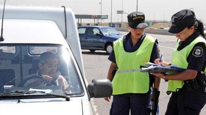 Por las nuevas restricciones, la Policía Bonaerense volvió a realizar controles en los accesos (NA)