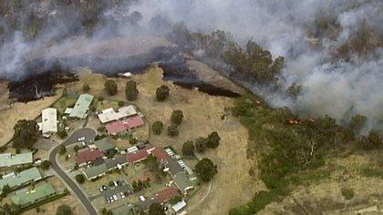 """En Bundoora, a 16 kilómetros al norte del centro de la ciudad y sede de los dos principales campuses universitarios de Australia, el fuego """"amenazaba viviendas y vidas"""", informaron los servicios de emergencia del estado de Victoria"""