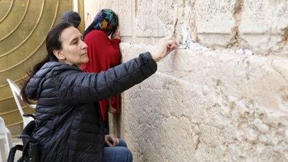 La vicepresidente Gabriela Michetti en el Muro de los Lamentos dejando sus deseos.