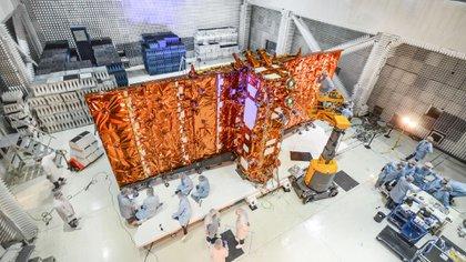 El SAOCOM 1b tarda 97 minutos en recorrer una órbita completa alrededor de la Tierra, a una velocidad de 7,5 km por segundo y una altura de 620 kilómetros