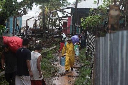 Las personas llevan sus pertenencias mientras se dirigen a un refugio cuando el huracán Iota se acerca a Puerto Cabezas, Nicaragua