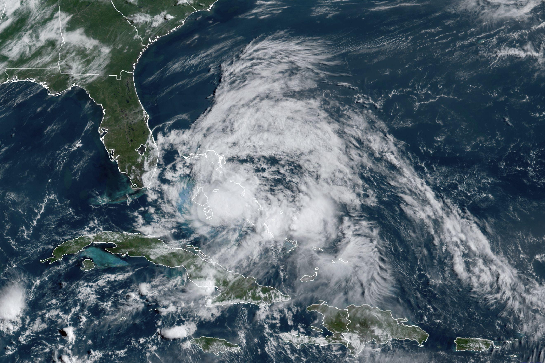 En está imágenes por satélite de GOES-16 GeoColor  tomdada el sábado 1 de agosto de 2020 a las 9:40 de la mañana EDT, proporcionada por la NOAA, el huracán Isaías sobre las Bahamas. (NOAA via AP)