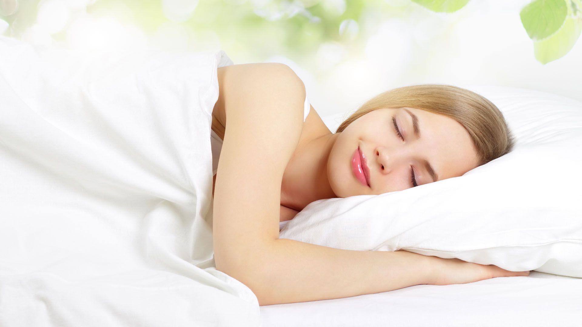 Dormir la siesta una o dos veces por semana tiene beneficios importantes para la salud cardiovascular (Shutterstock)