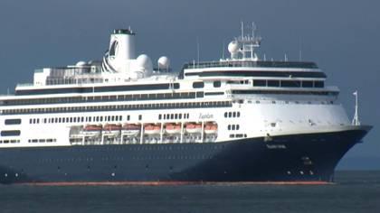 """Cuatro pasajeros de edad avanzada murieron a bordo del crucero """"Zaandam"""", anclado frente a las costas de Panamá, donde es asistido después de ser rechazado en varios puertos latinoamericanos por sospechas de COVID-19, informó el viernes la empresa a cargo del buque."""