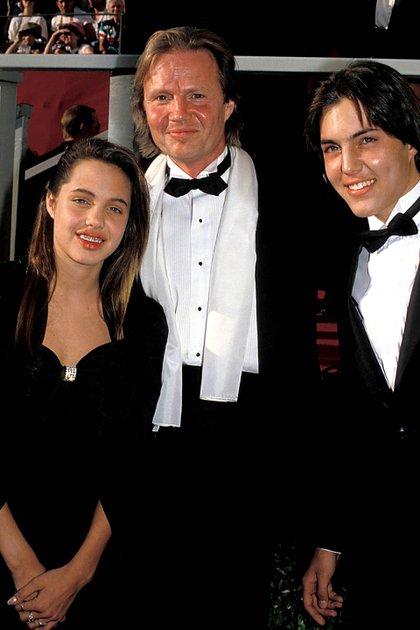 Angelina Jolie con su padre Jon Voight y su hermano James Haven en 1988 (Crédito: Shutterstock)