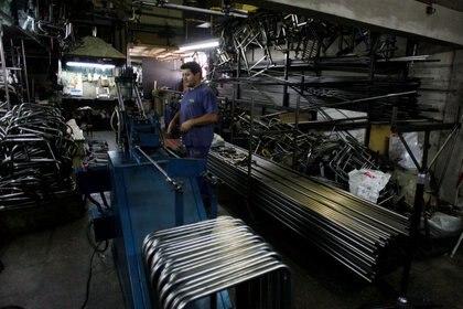 Un empleado en el sector metalúrgico. En los últimos 3 años, se perdieron casi medio millón de empleos privados formales, de los que depende el esquema fiscal y previsional argentino REUTERS/Martin Acosta