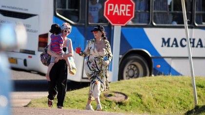 Moria Casán, Sofía Gala y Dante llegando a la playa en Uruguay (Fotos: GM Press)