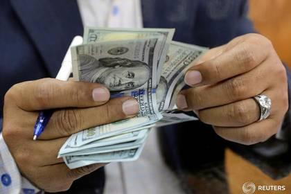 Imagen de archivo de un hombre contando billetes de 100 dólares en una casa de cambio en el centro de El Cairo, Egipto. 7 marzo 2017. REUTERS/Mohamed Abd El Ghany