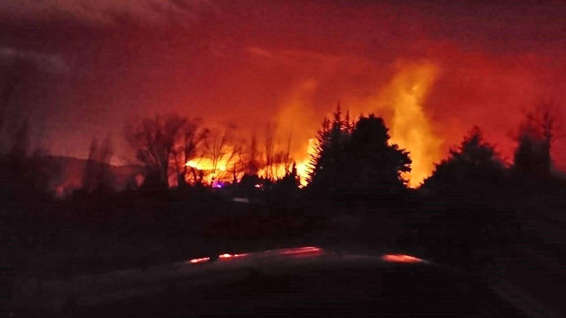 El incendio forestal se provocó en Potrerillos (Twitter: @Cadena3Com)